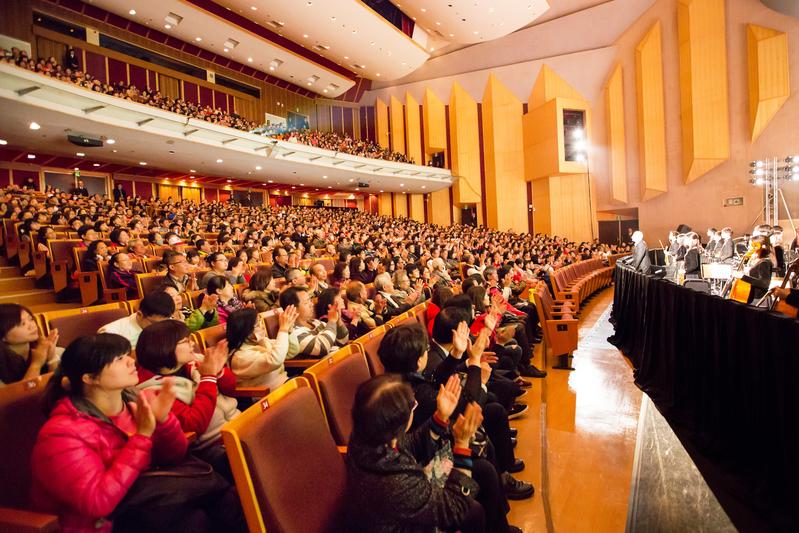 2017年3月7日晚間,美國神韻紐約藝術團在嘉義市政府文化局音樂廳締造場場大爆滿的轟動票房,完美落幕。(陳霆/大紀元)