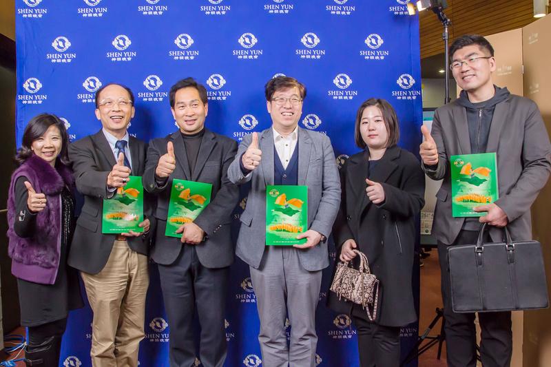 2017年3月7日晚間,嘉友電子股份有限公司董事長孔德偉(左二)與韓國朋友觀賞美國神韻紐約藝術團在嘉義市政府文化局音樂廳的演出。(王嘉益/大紀元)