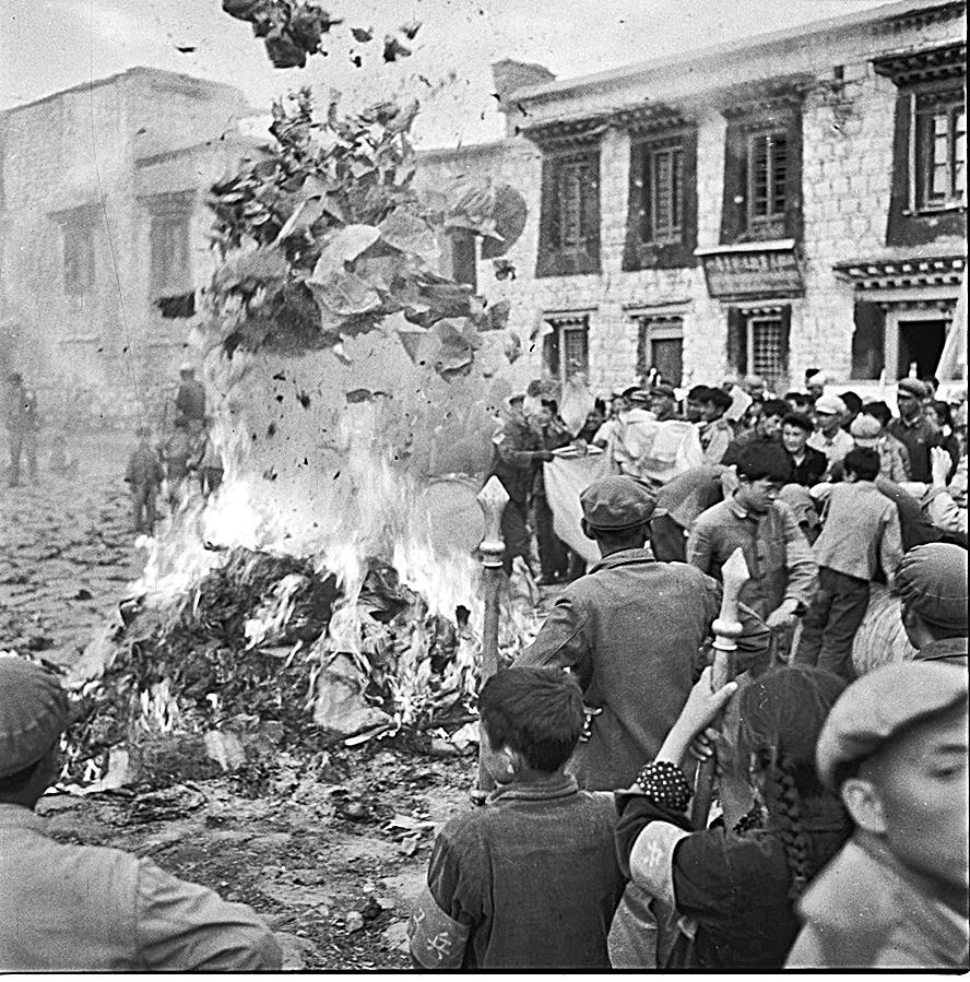 1966年8月24日,紅衛兵和「革命群眾」在西藏拉薩大昭寺破「四舊」。(網絡圖片)