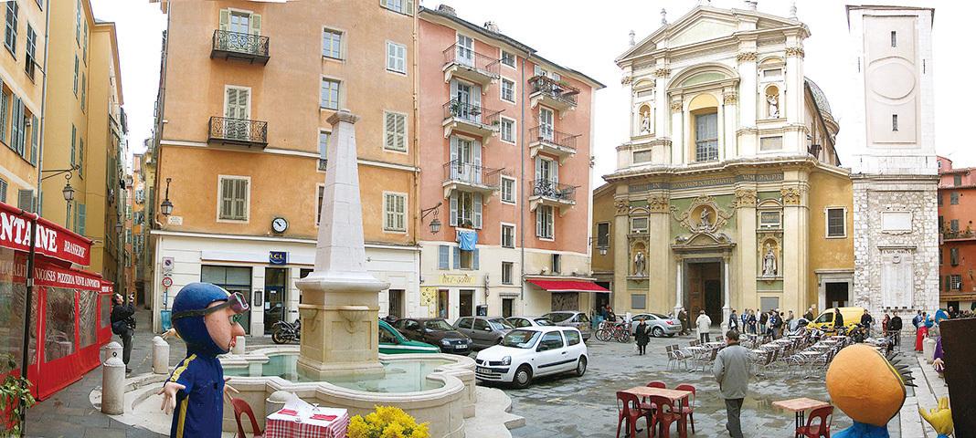 羅塞蒂廣場上設有一個小石噴泉,四周幾條狹窄和彎曲的小街巷把路人引向這個老城區最漂亮的廣場。(維基百科)
