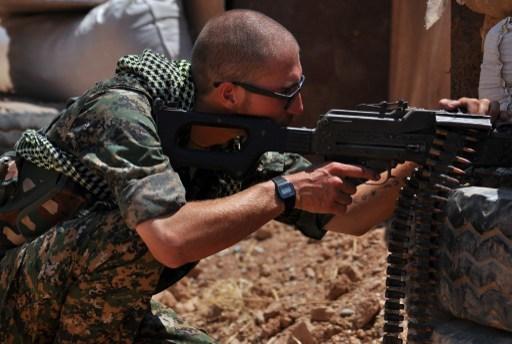 特朗普政府正在考慮增加敘利亞和伊拉克打擊伊斯蘭國(IS)的美軍兵力。圖為2015年7月10日,YPG以及支持者在敘利亞拉卡以北約50公里處的Ain Issi鎮打擊伊斯蘭國(IS)組織。(AFP/ DELIL SOULEIMAN)