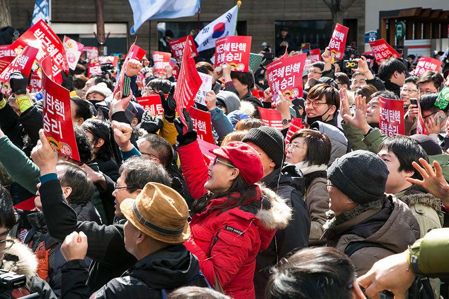 南韓憲法法院今日(10日)上午11時對總統彈劾案進行宣判,宣佈罷免朴槿惠的總統職務。圖為當天南韓國民在憲法法院前聽聞宣判後歡呼的場面。(全景林/大紀元)