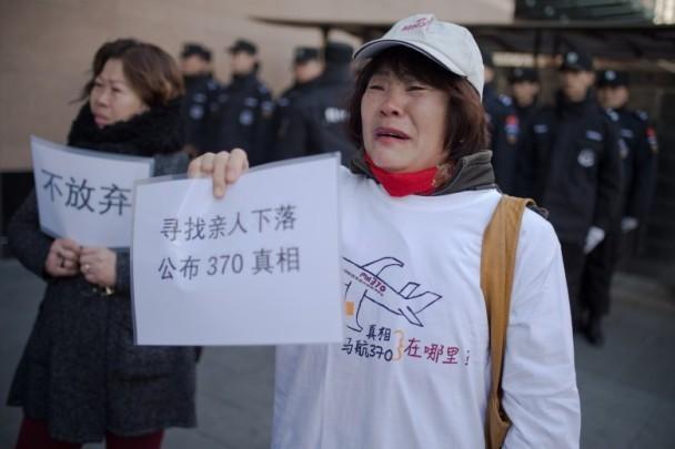 3月8日,馬航MH370失蹤整3年,部份失蹤乘客家屬於當日聚集在北京外交部外示威,要求公佈事件真相。(網絡圖片)