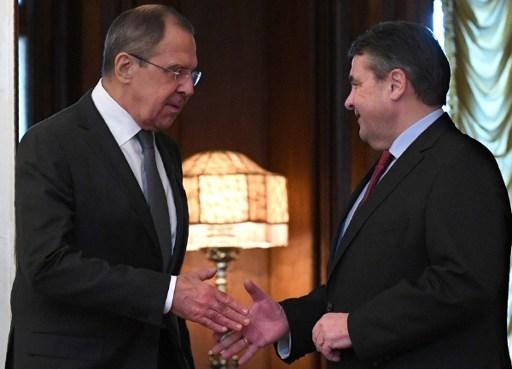 2017年3月9日,俄羅斯外長拉夫羅夫(左)與德國外長加布里爾(右)在莫斯科舉行會晤。(AFP PHOTO / Natalia KOLESNIKOVA)