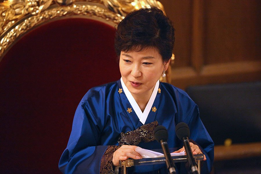 朴槿惠是南韓史上首位女性國家元首,但因閨蜜崔順實干政疑雲而深陷政治風暴,終至遭彈劾下台。(Jones-Pool/Getty Images)