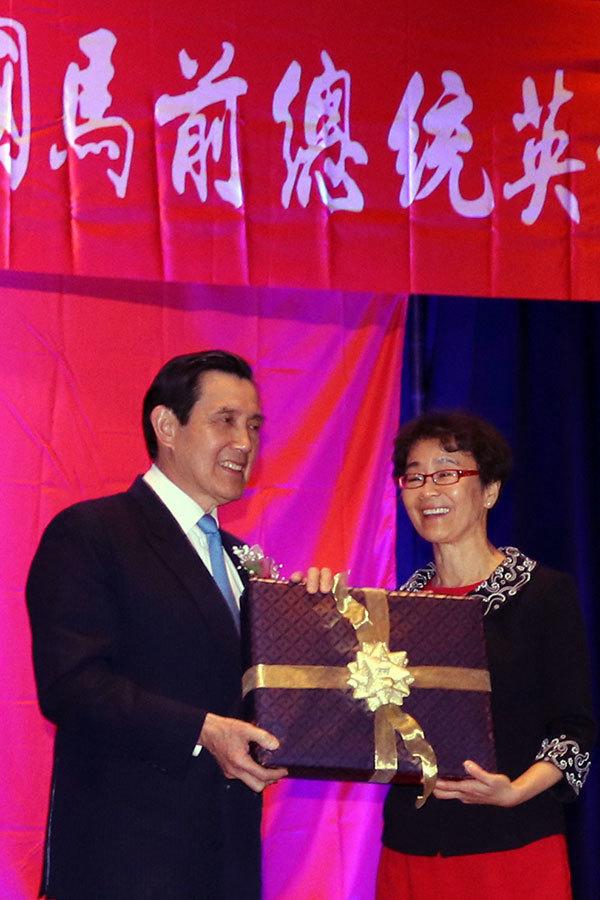 白平基金會董事長白越珠代表僑胞向馬英九贈送一份精美禮物。(亦平/大紀元)
