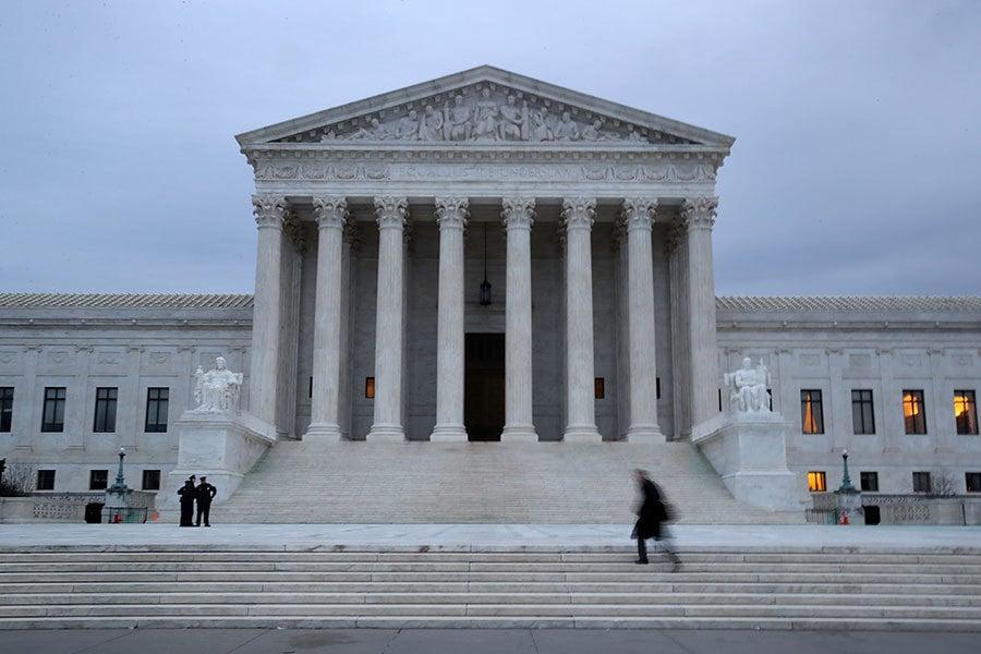 在就任美國總統一年之後,特朗普對國家法庭產生了重大影響。在參議院共和黨人的幫助下,總統贏得了23名聯邦法官的提名確認,包括1名最高法院大法官,12名巡迴法庭法官和10名地區法庭法官。(Mark Wilson/Getty Images)