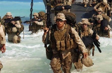 美國海軍陸戰隊(US Marine Corps,USMC)第13遠征部隊(MEU)小組(ESG 1),2005年9月在一個登陸艇(LCU)上登陸,準備為即將來臨的在埃及Mubarek Military City的軍事演習(Exercise BRIGHT STAR 05)做兩棲攻擊登陸示範。(Phan Shannon Garcia/美國海軍)