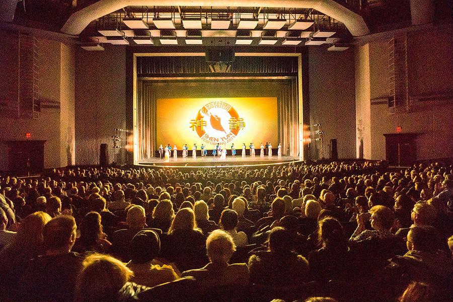 2017年3月10日,美國神韻巡迴藝術團在芝加哥北郊羅斯蒙特劇院(Rosemont Theatre)進行首場演出,2,400多個座位提前三個星期售罄。(David Yang/大紀元)