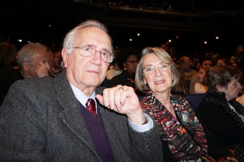 2017年3月10日,伊州大學芝加哥分校退休的數學教授Calixto Calderon和太太Jacqueline觀看了神韻巡迴藝術團在芝加哥北郊羅斯蒙特劇院(Rosemont Theatre)的首場演出。(唐明鏡/大紀元)