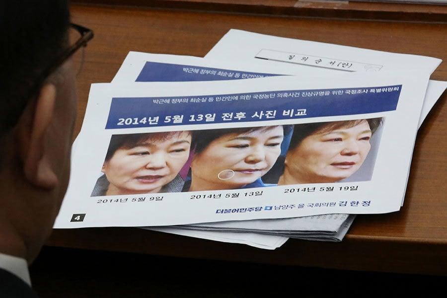 10日遭彈劾下台的前總統朴槿惠,在今天(12日)下午6時(北京時間下午5時)前離開青瓦台搬回私邸。圖為南韓媒體報道朴槿惠被罷免下台。(AHN YOUNG-JOON/AFP/Getty Images)
