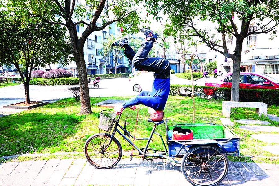 六旬老漢秀絕活 倒立騎三輪車