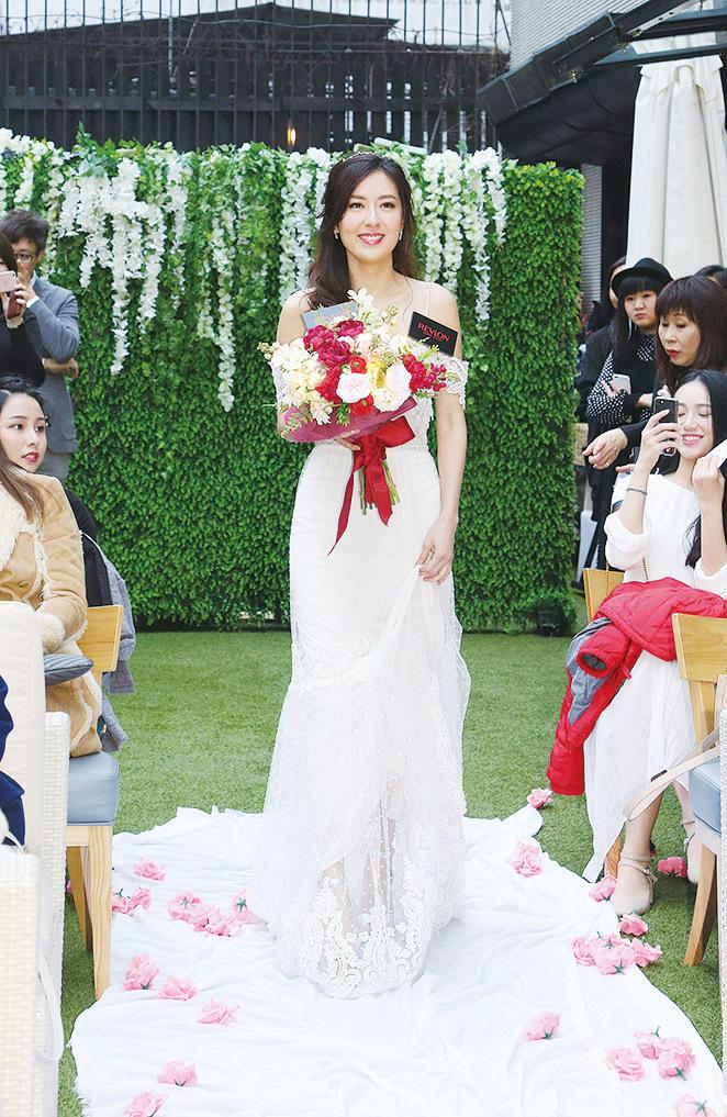 Natalie如新娘般手持以燈泡造型的花束進場。(圖片由REVLON品牌提供)