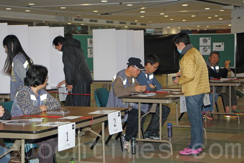 公民聯合行動昨日在中大及港大,開設實體票站,方便市民參與「特首選舉民間全民投票」。(蔡雯文/大紀元)