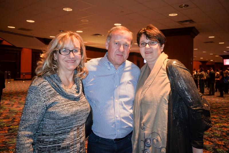 3月11日晚,波蘭裔最大機構伊州主席Piotr Wyszkowski(中)和朋友觀看了神韻巡迴藝術團在芝加哥北郊羅斯蒙特劇院(Rosemont Theatre)的第3場演出。(海倫/大紀元)