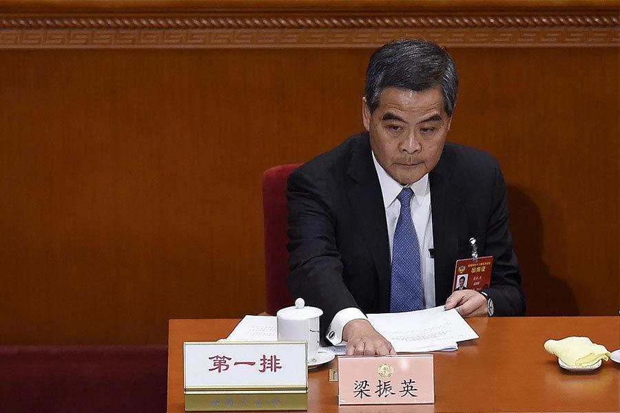 特首梁振英周一(3月13日)上午在全國政協閉幕會議上出任政協副主席,引發爭議。民主派表示強烈抗議。(WANG ZHAO/AFP/Getty Images)
