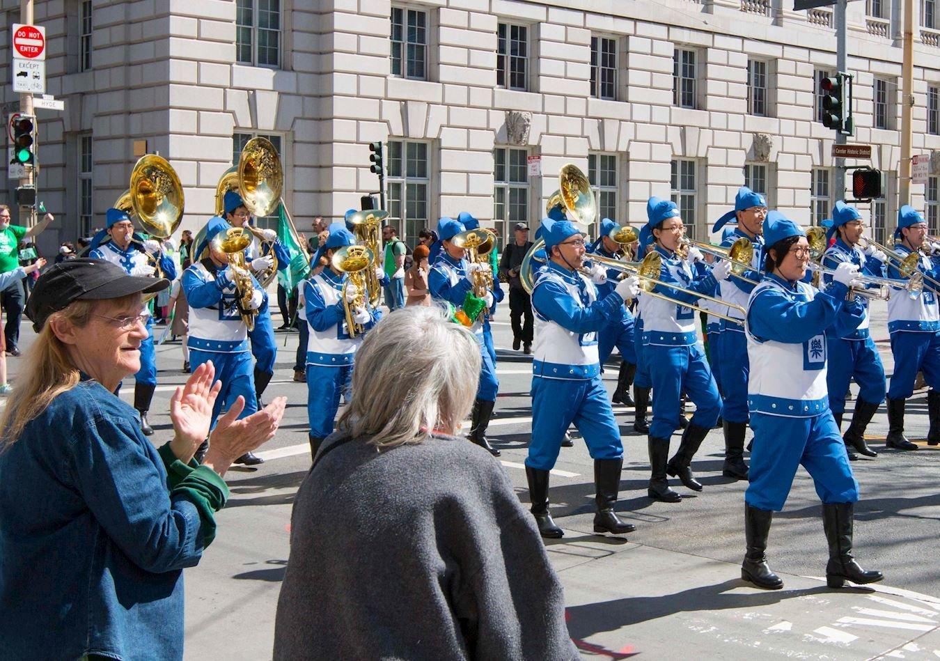 美西天國樂團參加三藩市聖派翠克日大遊行。(明慧網)