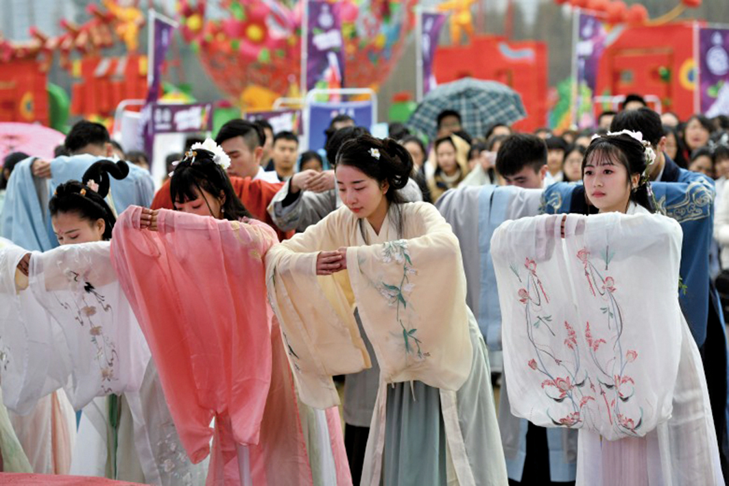 北京、四川、福州等地一些少女在花朝節穿漢服祭祀百花花神。(網絡圖片)
