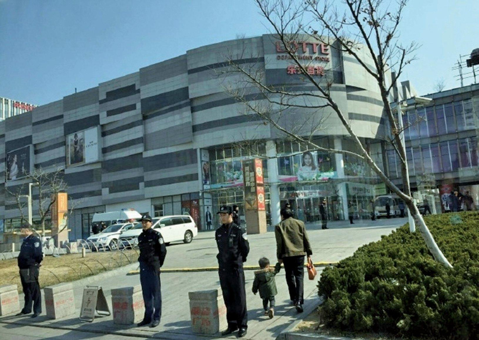 據網上多個影片顯示,多個城市的警方已開始壓制涉韓的示威活動,也有警察在樂天超市附近站崗守衛。(網絡圖片)