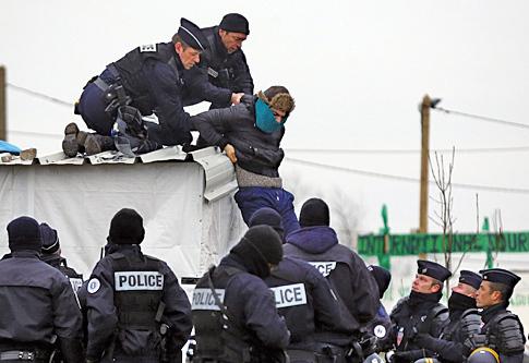 法國2月29日開始拆除在加萊郊區被稱為「叢林」的簡陋難民營地,防暴警察和難民爆發衝突。(Getty Images)