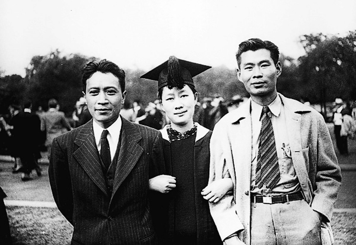 1947年,陳夢家(左)、趙夢蕤(中)夫婦與家人在美國合影。(網路圖片)