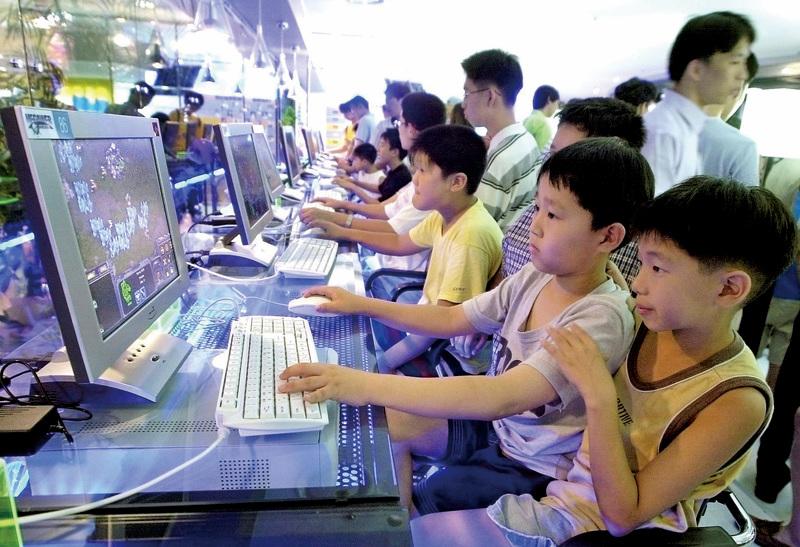 南韓政府日前首次把電玩遊戲與毒品、酒精一樣歸類為上癮物,進行管理,創下全球首例。圖為南韓兒童在網吧內打遊戲。(Getty Images)
