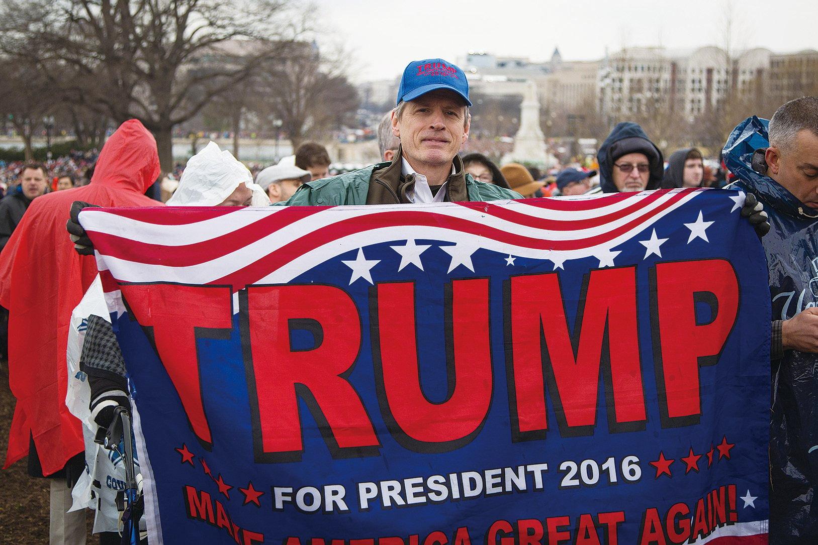 在特朗普就職典禮上,支持者展示印有特朗普(Trump)名字的橫幅。(Ben Chasteen/Epoch Times)