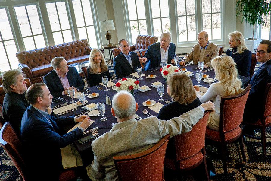 3月11日,特朗普與部份內閣要員在他位於維珍尼亞州Potomac Falls的高球俱樂部,共進工作午餐。(Pete Marovich-Pool/Getty Images)