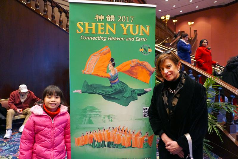 國際物業設施管理協會的管理專家Kate North女士帶著中國養女觀看了3月12日下午在羅斯蒙特劇院的神韻演出。(溫文清/大紀元)