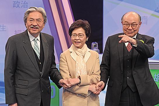 三名候選人在這場電視直播辯論前互相握手。(大紀元)