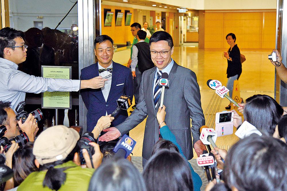 陳志雲(右一)官司長達7年,終審法院昨裁定其上訴得直。其好友演員王喜(右二)幾乎每次都陪伴他上庭,被陳形容是「天使」之一。(大紀元資料圖片)