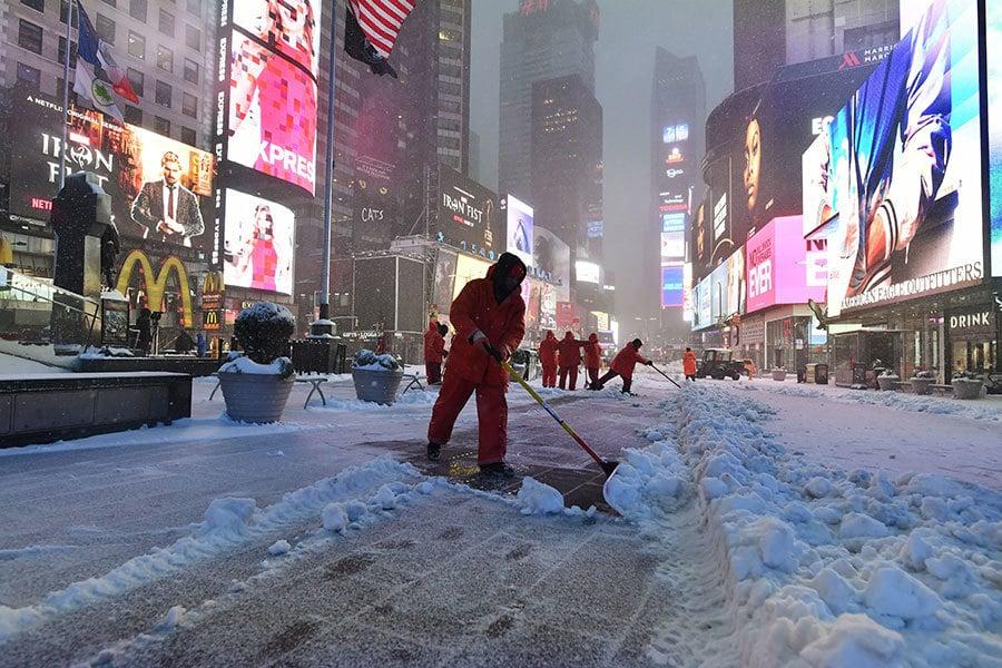 周二(3月14日),隨著巨大的冬季風暴帶來嚴重降雪,美國東北部地區包括紐約州、新澤西及馬里蘭州都宣佈進入緊急狀態。圖為紐約曼哈頓時代廣場大雪。(AFP/Getty Images)