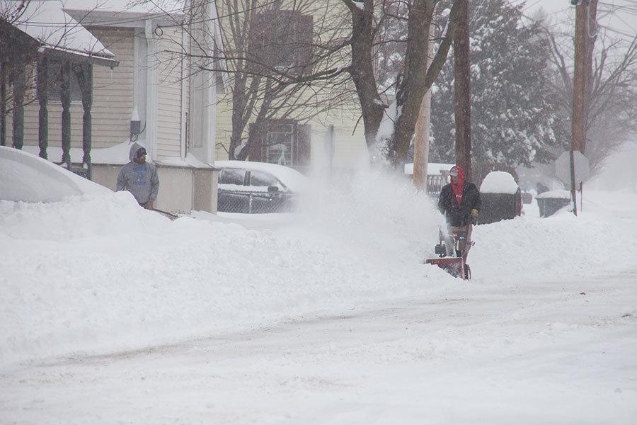 周二(3月14日),隨著巨大的冬季風暴帶來嚴重降雪,美國東北部地區包括紐約州、新澤西及馬里蘭州都宣佈進入緊急狀態。圖為紐約上州大雪。(戴兵/大紀元)