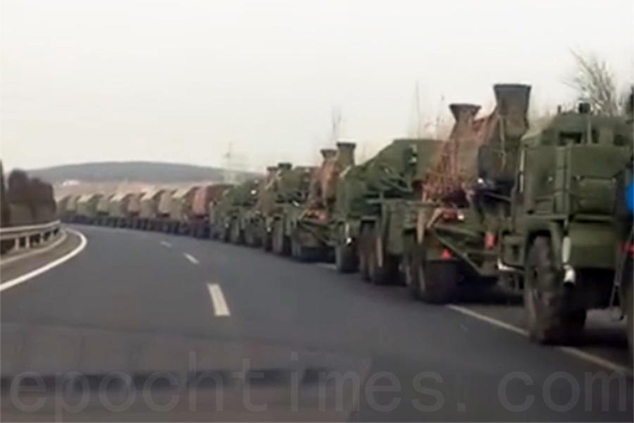 3月13日當天,網絡曝光的相關片段顯示,大量中共軍隊出現在中朝邊境,大量番號不明的軍車出現在瀋陽至丹東的G1113高速公路上,並整齊列隊待發。(視像擷圖)