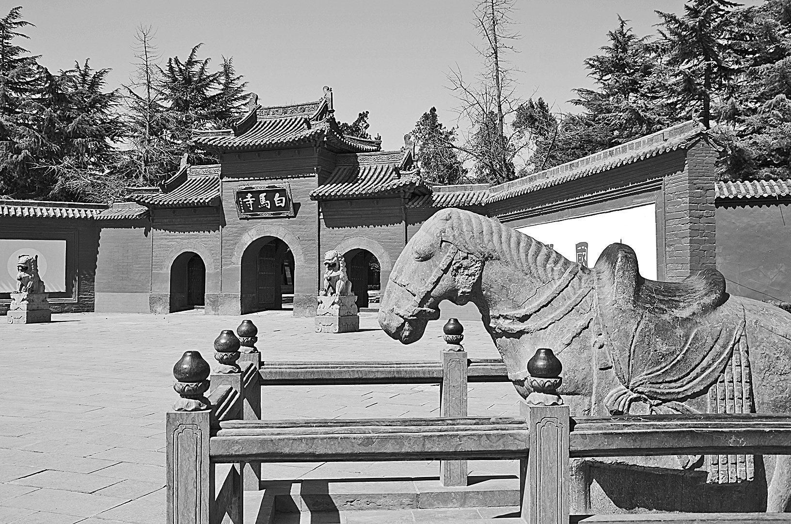 1966年5月文革爆發,白馬寺遼代十八羅漢泥塑、兩千年前印度高僧帶來的貝葉經、稀世珍寶玉馬在內的佛像、經卷被破壞,寺廟也差點被燒掉。(大紀元資料室)