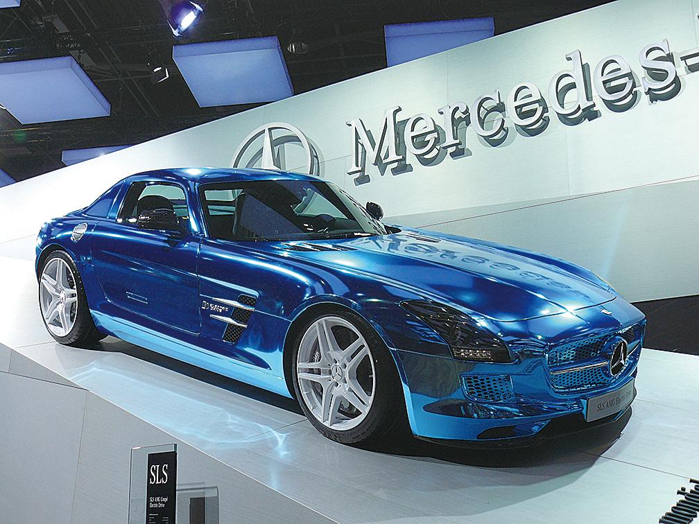 平治擬於2018年推出首輛無線充電汽車。圖為平治2013年出產的電動車SLS AMG。(維基百科)