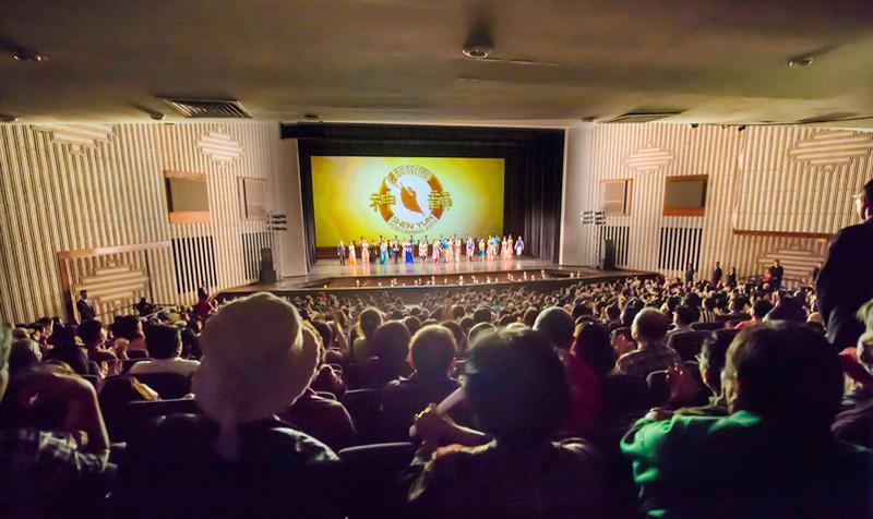 2017年3月15日午,美國神韻紐約藝術團在高雄文化中心的演出演員謝幕。(羅瑞勳/大紀元)