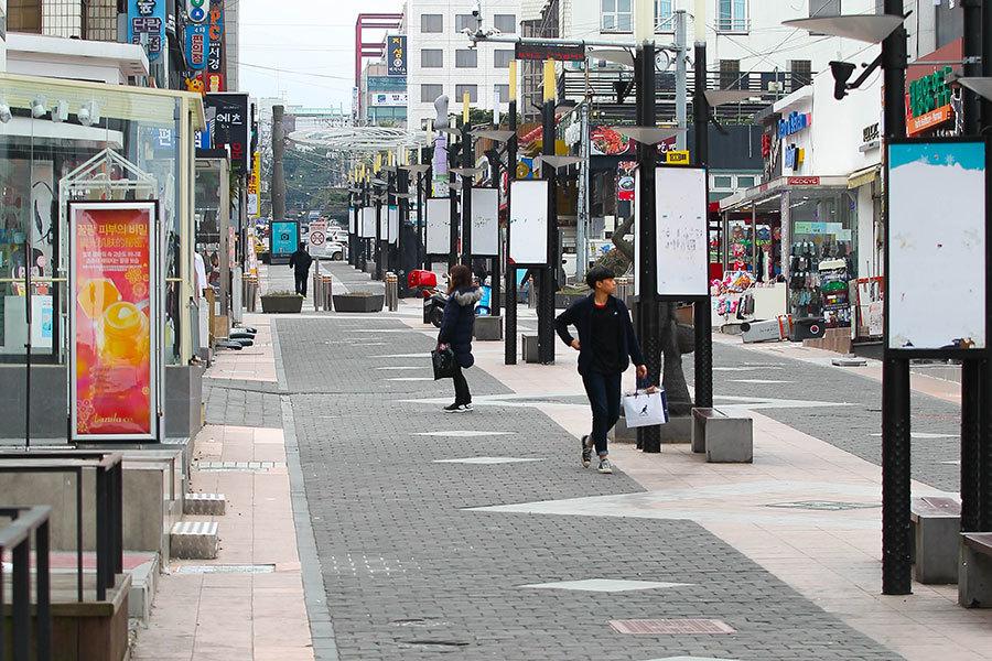 圖為16日下午,多年來一直擠滿中國遊客的濟州「寶健街」一片冷清景象。(newsis)