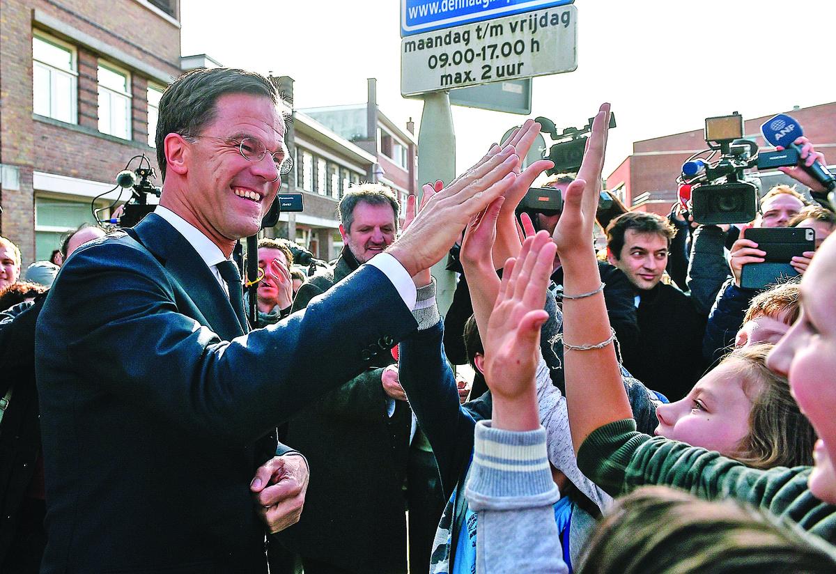荷蘭首相呂特(左)稱荷蘭大選是歐洲系列大選主流政黨和極右翼之間的「1/4決賽」,他15日為主流政黨取得了「比賽」的勝利,也為歐盟吃了一顆「定心丸」——荷蘭大選被視為法德大選的風向標。(AFP)