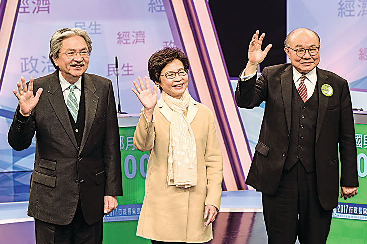 在香港特首選舉前,習當局不斷調整港澳台僑系統官員,警告江派在港勢力。圖為3月14日香港舉行的首次電視辯論會,左起依序為參選人曾俊華、林鄭月娥、胡國興。(Getty Images)