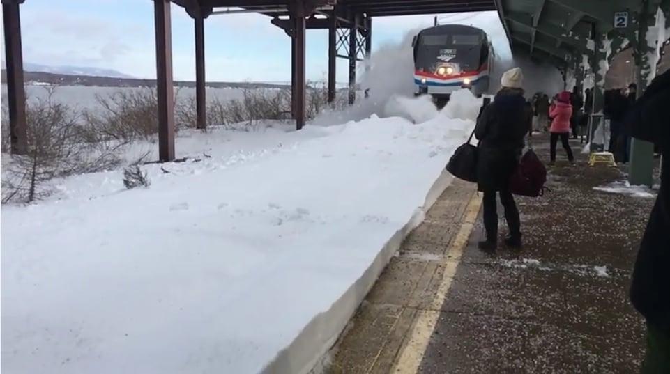 紐約州萊茵利夫鎮Amtrak火車月台,火車進站造成「雪崩」。(YouTube視像擷圖)