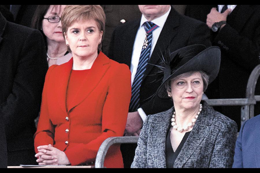 英國啟動脫歐前夕,蘇格蘭議會今天正式以68票贊成、59票反對,支持蘇格蘭首席大臣施雅晴(Nicola Sturgeon)向英國政府要求舉行第二次獨立公投。圖為蘇格蘭首席大臣施雅晴(左)與英國首相文翠珊(右)。(JUSTIN TALLIS/AFP/Getty Images)