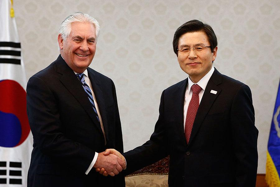 美國國務卿蒂勒森(Rex Tillerson)17日訪問南韓時表示,美國對北韓的「戰略耐心」政策結束了,為了遏止北韓核威脅,「所有選項都會擺上桌面討論」,如果北韓威脅升級,美國將考慮採取先發制人的軍事行動。(Jeon Heon-Kyun-Pool/Getty Images)