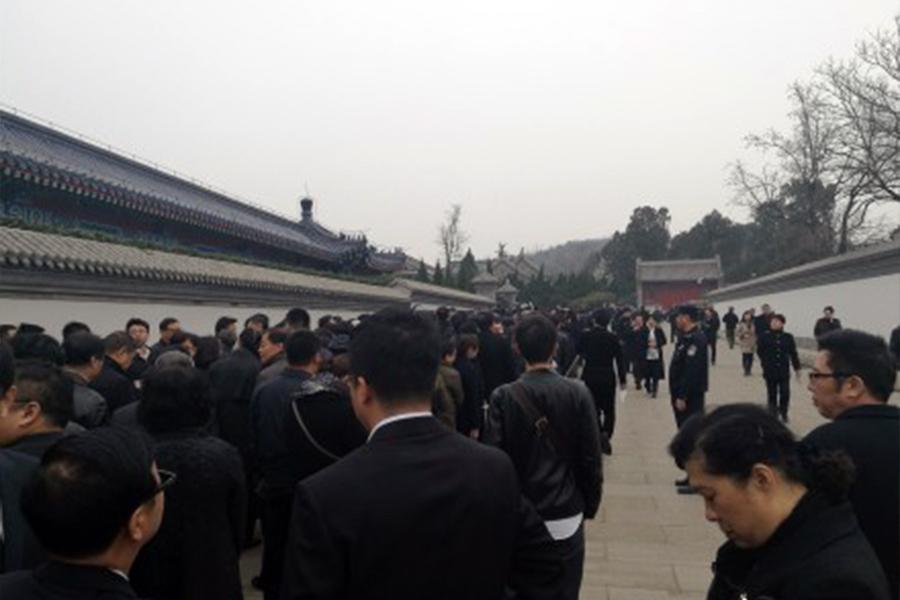 李昭遺體告別儀式,現場不見首不見尾,有說3,000人到場、有說4,000。(網絡圖片)
