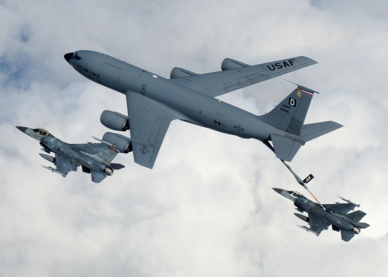 KC-135空中加油平台在為F16加油。(維基百科)