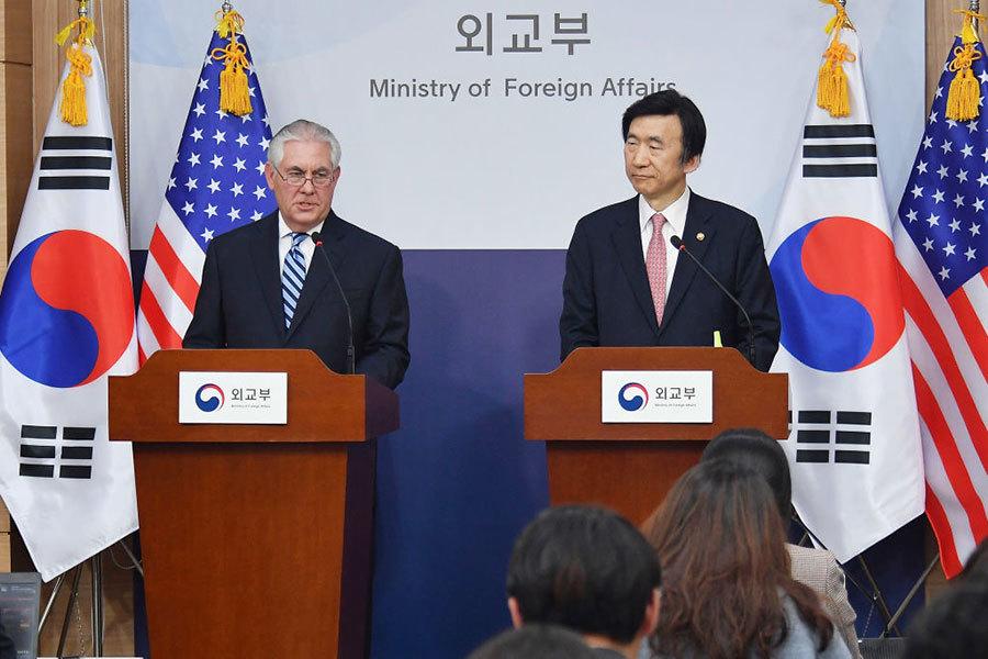 美國國務卿蒂勒森和南韓國外長在首爾的新聞發佈會上。(Getty Images)