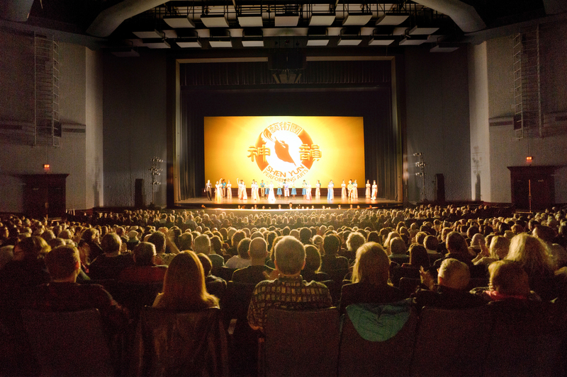 2017年2至3月份神韻在大芝加哥地區上演15場,場場爆滿,2萬4千觀眾為中華文化深深感動。圖為3月11日下午羅斯蒙特劇院演出現場。(David Yang/大紀元)
