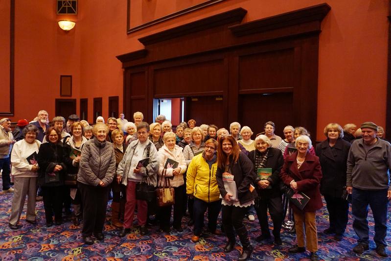 來自芝加哥西北郊McHenry的55位老人組團觀看了2017年3月11日下午在羅斯蒙特劇院的神韻演出。(溫文清/大紀元)