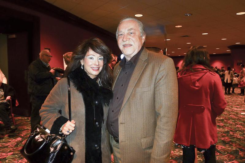 2017年3月12日晚,扶輪社前區域主席Rodney Adams和太太、律師事務所老闆Wendy Morgan觀看了神韻巡迴藝術團在芝加哥北郊羅斯蒙特劇院(Rosemont Theatre)的第5場演出。(謝漫雪/大紀元)