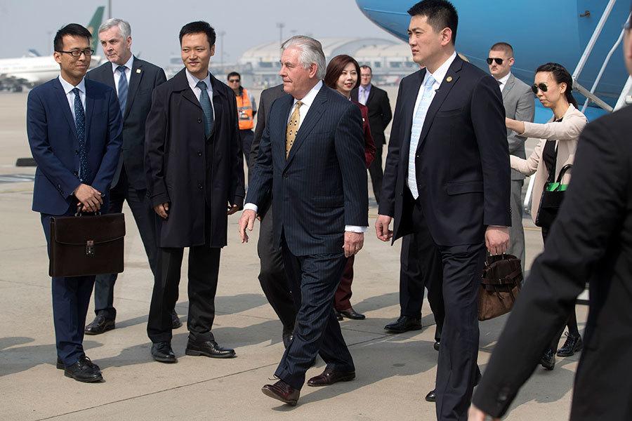 美國國務卿蒂勒森(中)於2017年3月18日下午抵達北京,將在中國進行兩天的區域安全及經濟等議題的外交會談。(Mark Schiefelbein – Pool/Getty Images)